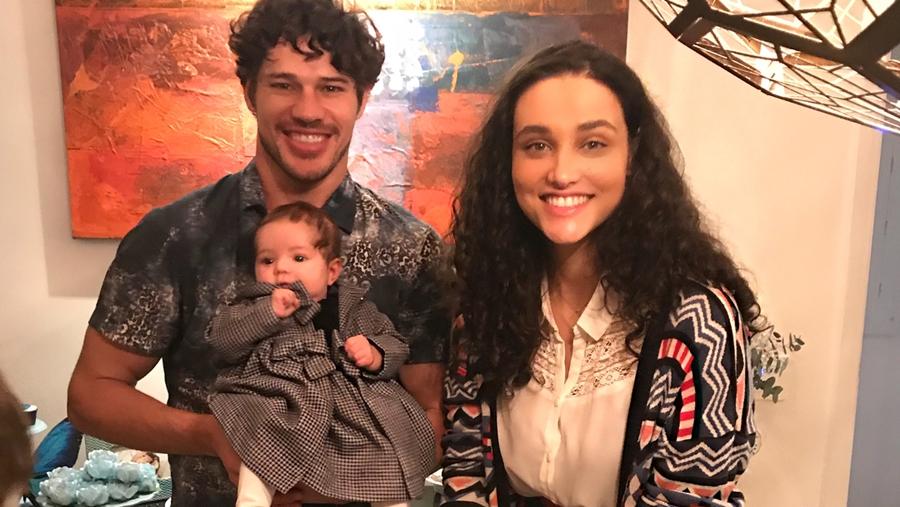 """Débora Nascimento perdoa José Loreto, posta foto com o ator e se declara: """"Amor"""""""
