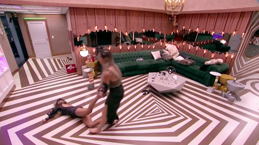 """BBB19: Após confusão, Paula arrasta Hariany pelas pernas até a sala: """"nunca tive amiga"""""""