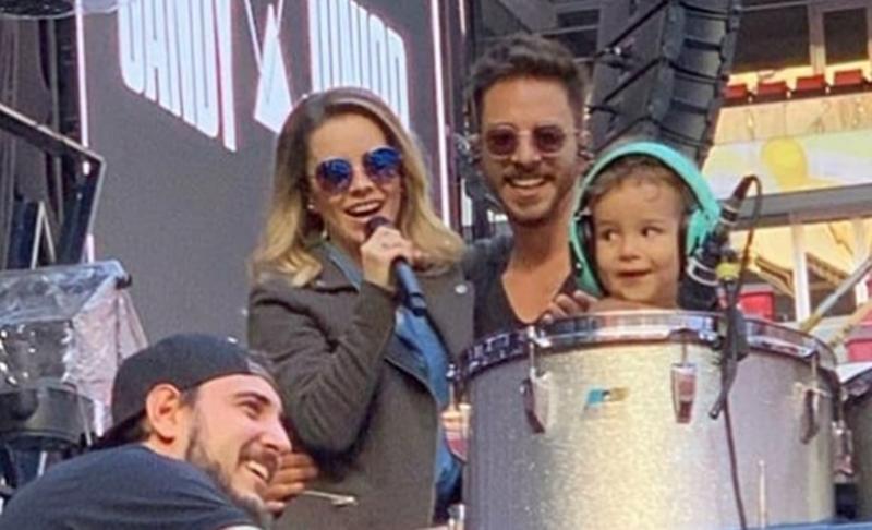 Em Show de Sandy e Junior, filho de Junior Lima encanta público ao tocar bateria no palco