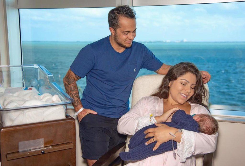 Thammy Miranda mostra a esposa, Andressa Ferreira, amamentando o filho e pede para fãs descrever momento