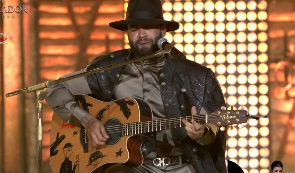 Visivelmente emocionado, Gusttavo Lima homenageia Gabriel Diniz cantando 'Paraquedas'