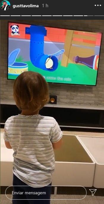 Na fazenda, Gusttavo Lima assiste desenho animado com os filhos após realizar live show