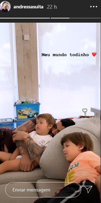 """Andressa Suita flagra Gusttavo Lima assistindo TV com os 2 filhos: """"Meu mundo todinho"""""""