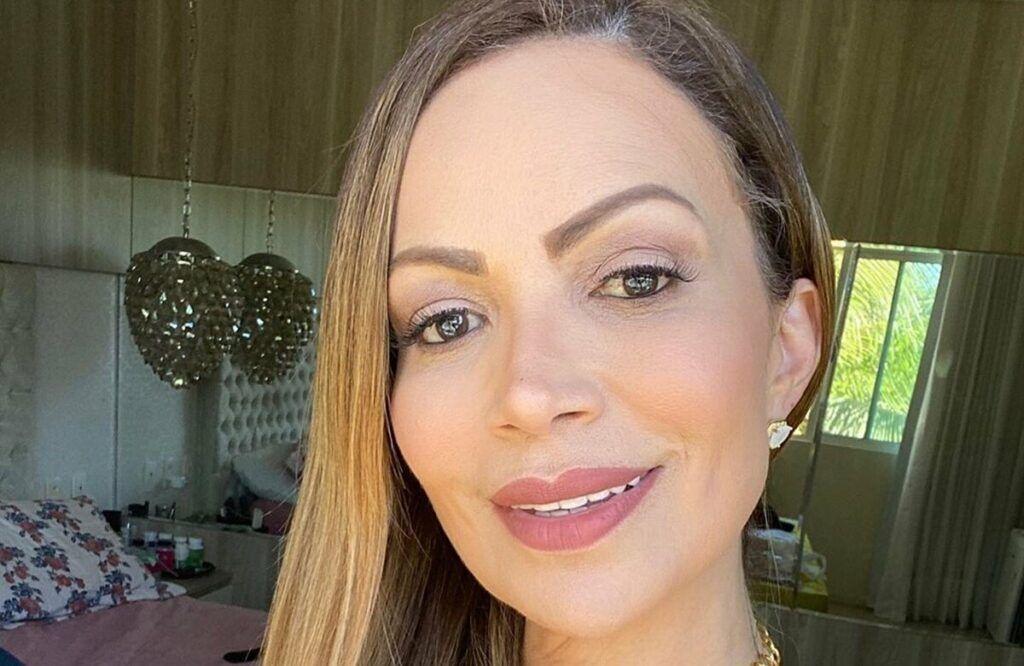 """Solange Almeida aparece toda produzida na casa do namorado e manda recado: """"Sextou"""""""