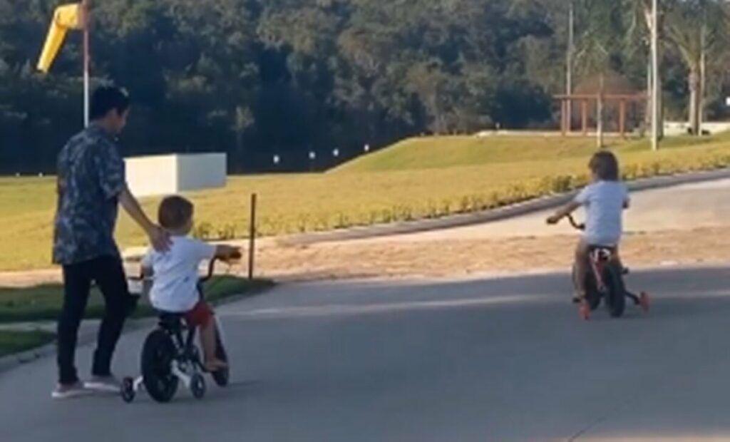"""Na fazenda, Andressa Suita mostra os filhos aprendendo a andar de bicicleta com avó: """"Vovó ensinando eles"""""""