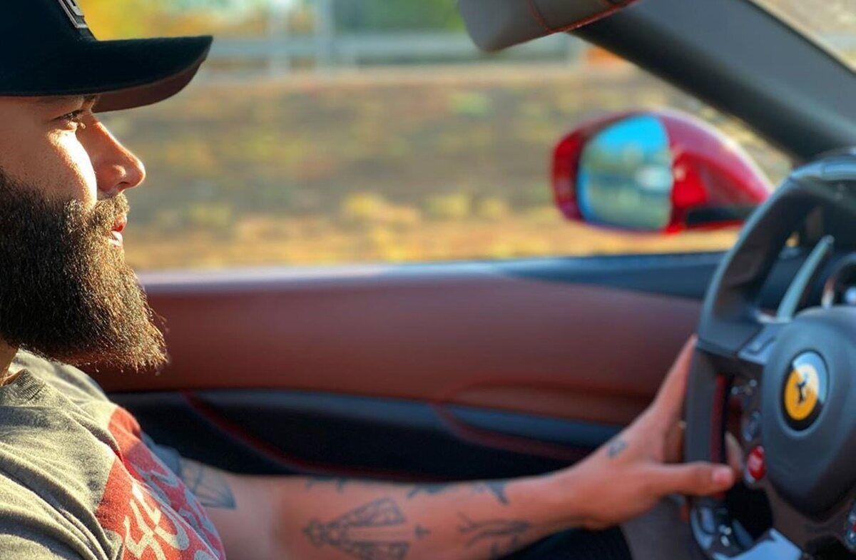 Gusttavo Lima surge dirigindo Ferrari de quase R$ 2 milhões e Thiago Brava ironiza: 'Cavalinho' - F5 NOTICIA