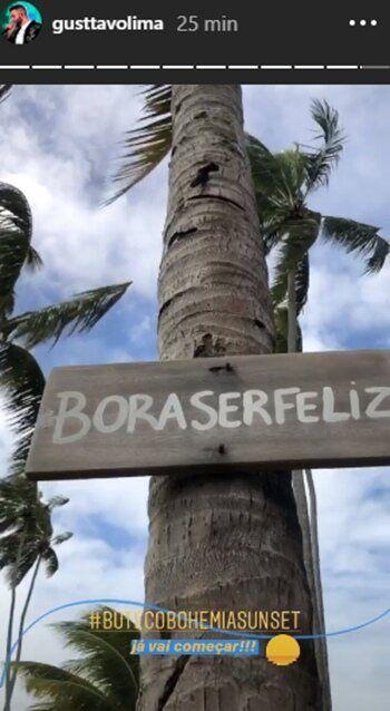 """Gusttavo Lima mostra frase marcante no cenário da live show em Pernambuco: """"Bora ser feliz"""""""