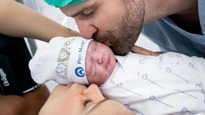 """Flávia Viana se pronuncia pela primeira vez após dar à luz seu filho com Zangrandi: """"A dor é chatinha"""""""