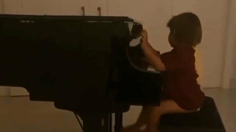 """Andressa Suita mostra os filhos tocando piano e brinca: """"Isso são horas crianças?"""""""