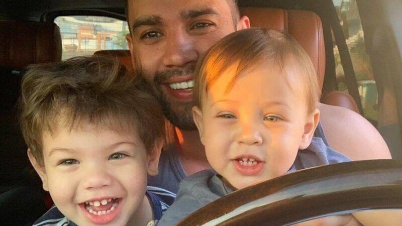 """Andressa Suita flagra o filho querendo dar uma voltinha na Ferrari do pai e reclama: """"Vai com calma tempo"""""""