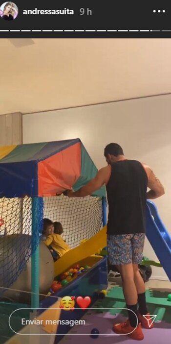 Altas horas da noite, Gusttavo Lima brinca com os filhos na piscina de bolinhas e esposa se derrete