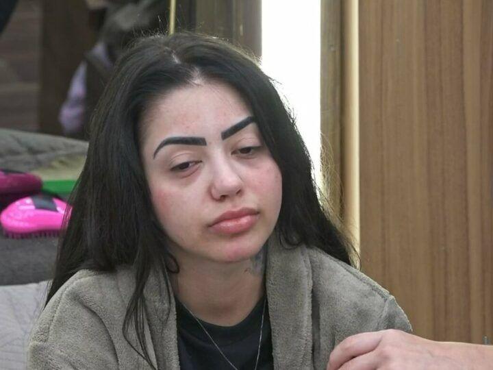 A Fazenda 12: MC Mirella piora da crise alérgica e fãs cobram entrada de médico no reality