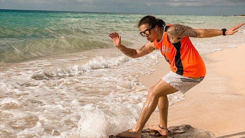 """Whindersson Nunes surfa em praia no México e manda recado: """"Hoje vai ser melhor que ontem"""""""