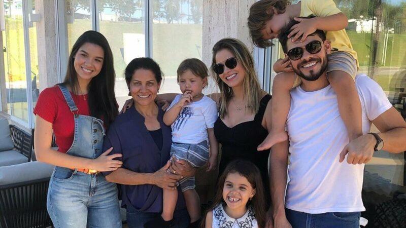 """Pai de Andressa Suita reúne família e manda recado: """"Sempre unida com as graças de Deus"""""""