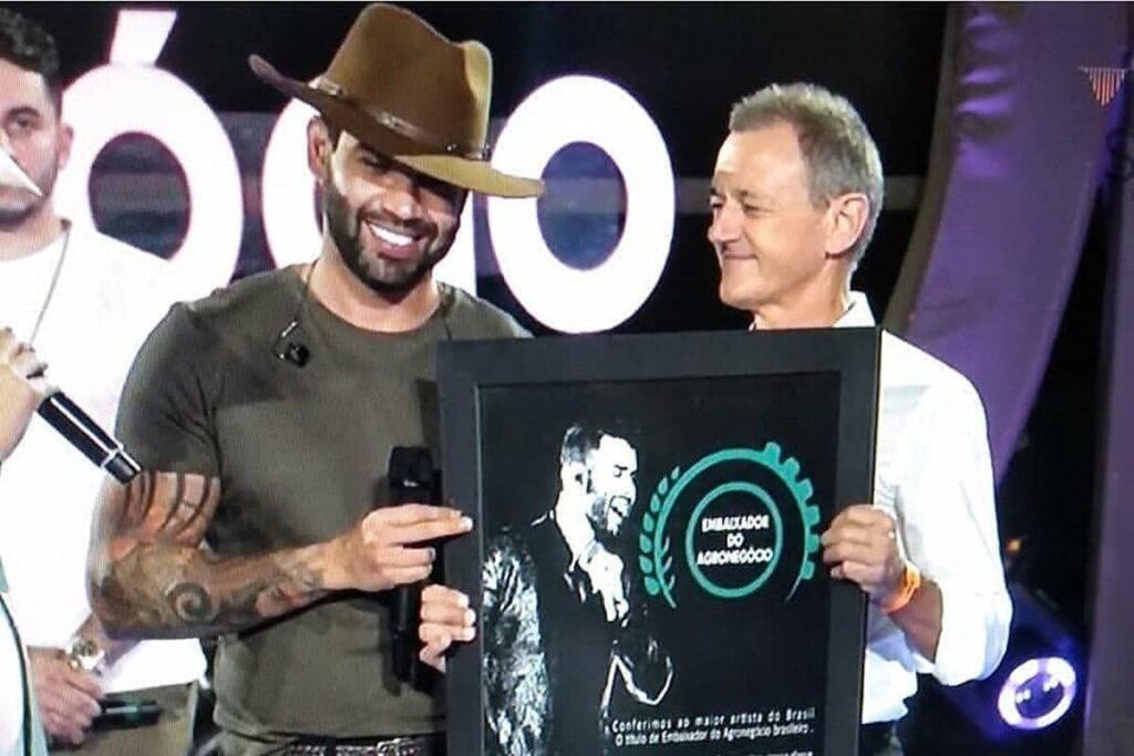Gusttavo Lima recebe título de Embaixador do Agronegócio durante live no Mato Grosso