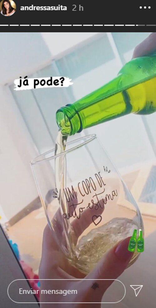 """Sabadou! Andressa Suita surge enchendo o copo e brinca: """"Já pode?"""""""