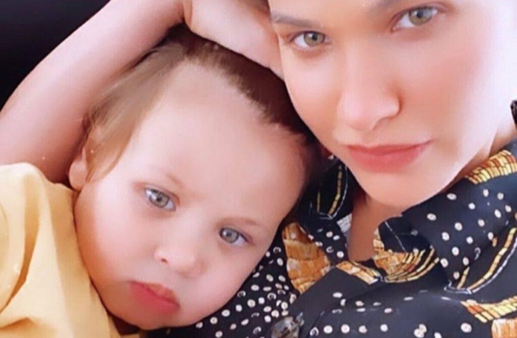 """Andressa Suita surge tocando piano para o filho, Samuel: """"A gente arrasa"""""""