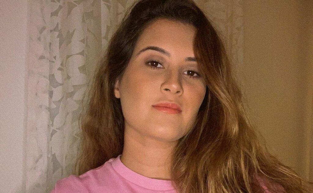Filha de Fátima Bernardes surge de biquíni com amigo de moradia