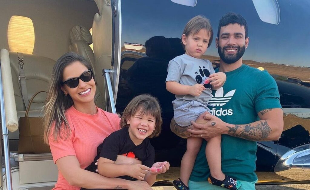 """Gusttavo Lima passeia de Ferrari com os filhos e fã lamenta: """"Faltou a mamãe"""""""