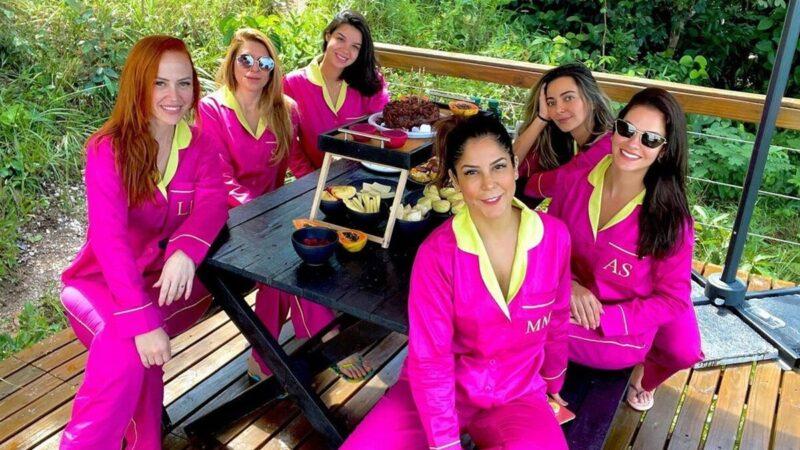 Andressa Suita combina look com amigas e irmã em café da manhã na serra