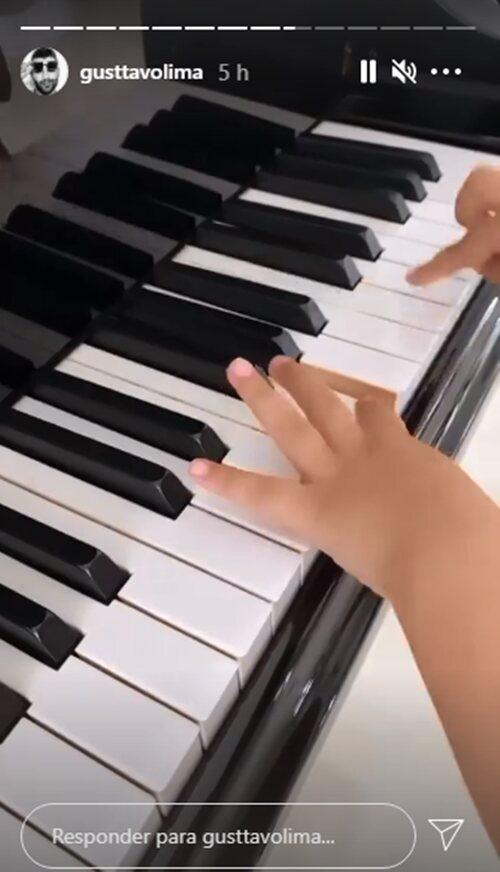 Gusttavo Lima mostra o filho tocando piano em mansão no Goiás