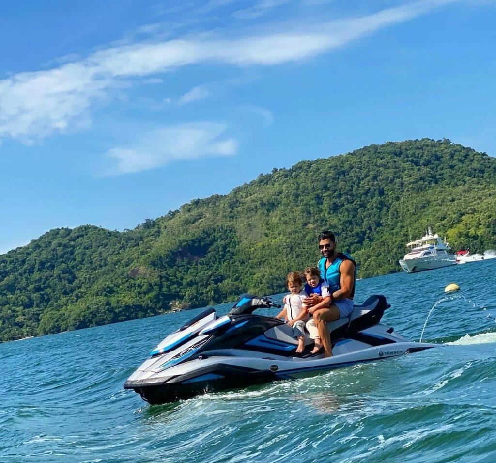 Gusttavo Lima passeia de jet ski com os filhos em Angra dos Reis