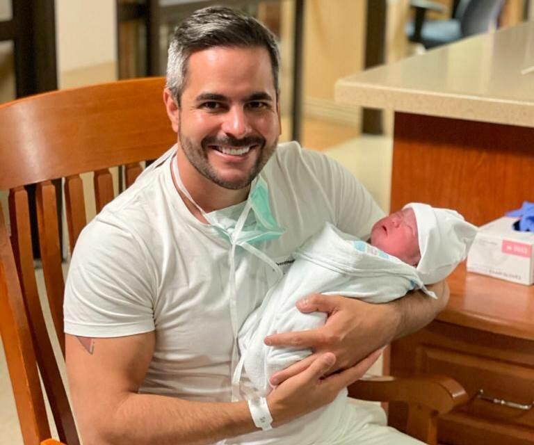 Após nascimento de Zaya, Kaká Diniz compara as fotos dos filhos bebês e mostra semelhança