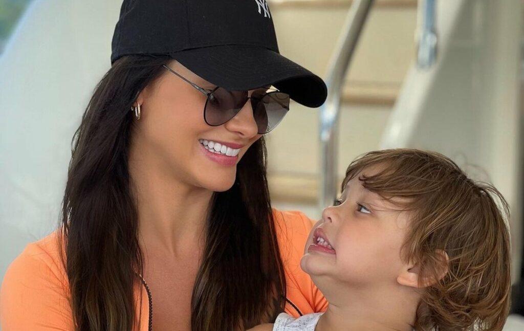 """Andressa Suita surge sorrindo com o filho caçula no iate de Gusttavo Lima em Angra dos Reis: """"Minha riqueza de menino"""""""