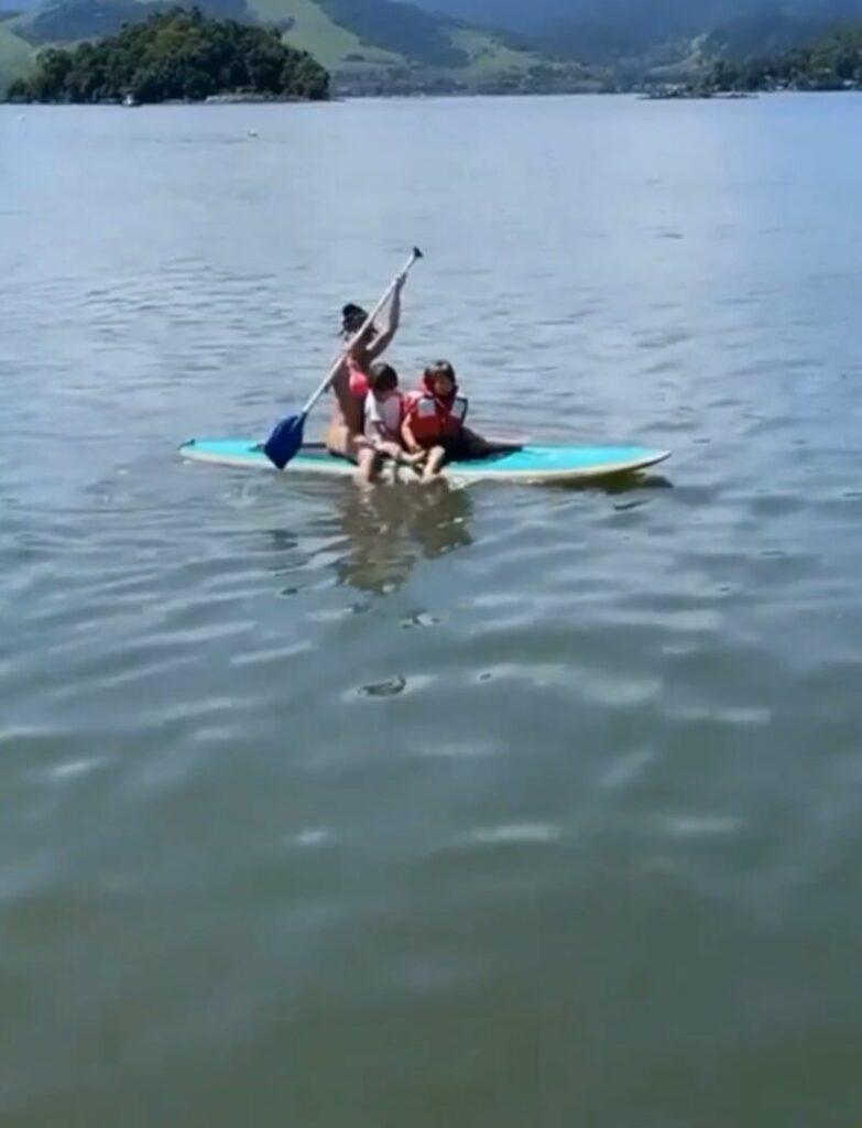 Gusttavo Lima surge em prancha com o filho, Gabriel, no mar em Angra dos Reis