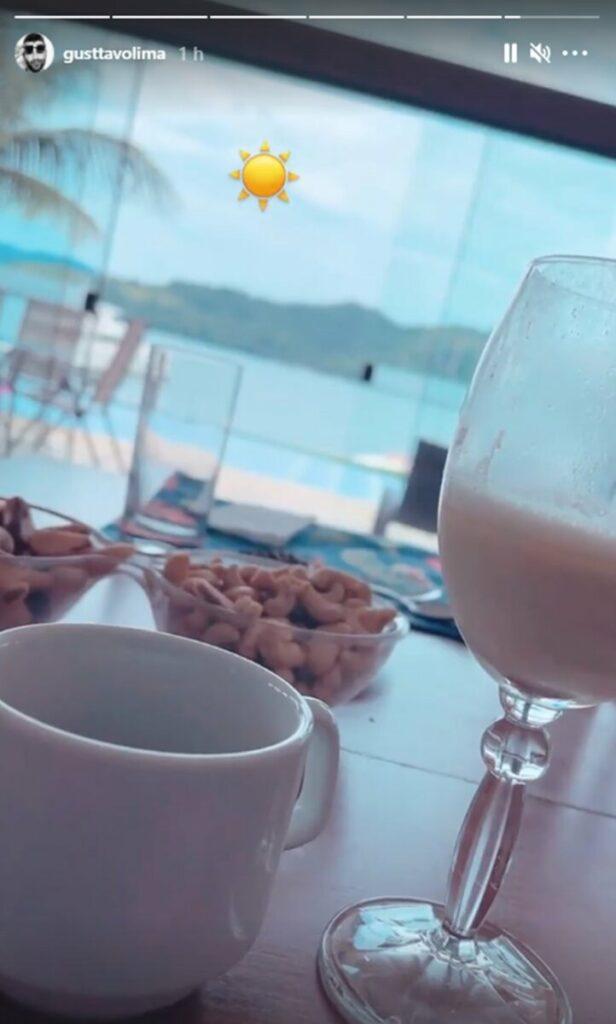 Gusttavo Lima e Andressa Suita tomam café da manhã juntos em Angra dos Reis