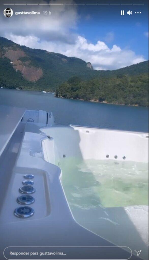 Em Angra dos Reis, Gusttavo Lima mostra hidromassagem em iate de R$ 25 milhões