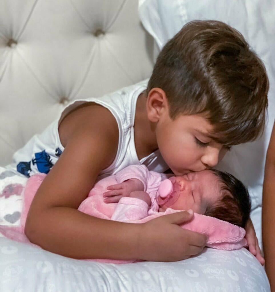 """Filho de Simone surge com irmãzinha, Zaya: """"Fico o dia todo grudado nela"""""""
