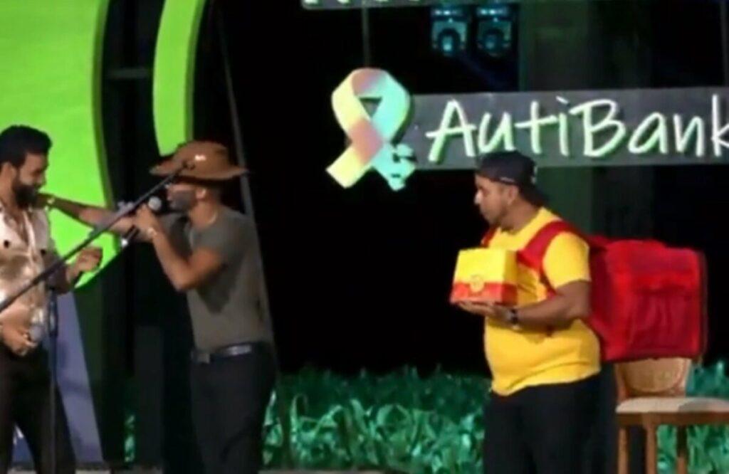 Gusttavo Lima leva sósia para live no Mato Grosso e faz piada no palco