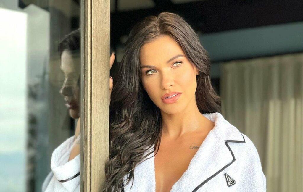 """Andressa Suita surge com roupão grifado  em foto de 'bom dia' e ganha elogios dos fãs: """"Perfeita"""""""