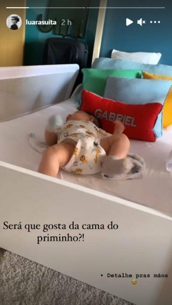 Luara Suita, irmã de Andressa Suita, mostra o filho recém-nascido na cama do primo