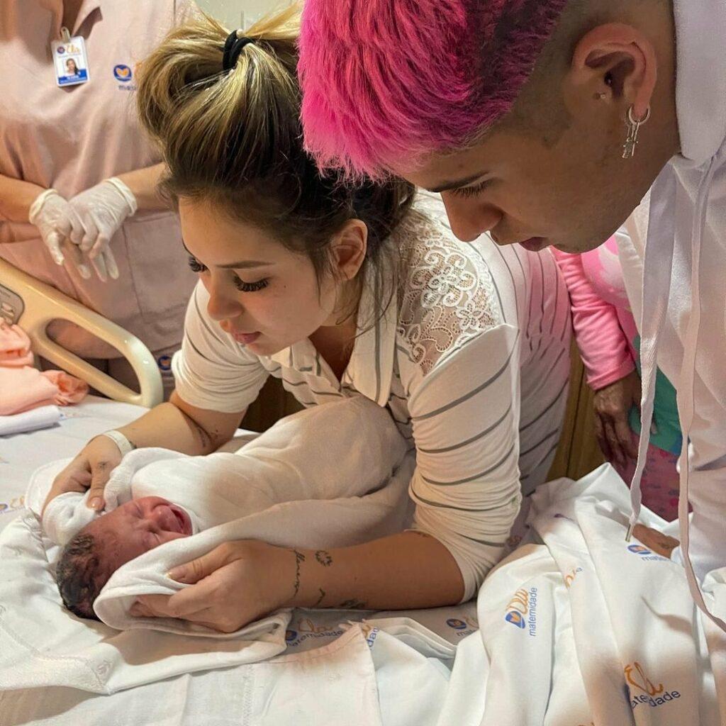 Virginia Fonseca mostra Zé Felipe colocando a filha recém-nascida pra arrotar
