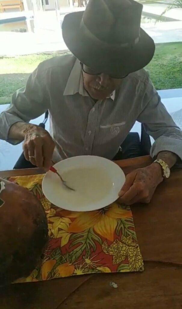 Simplicidade: Esposa mostra o pai de Gusttavo Lima comendo coalhada