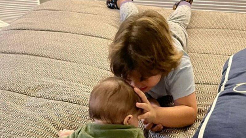 Andressa Suita mostra o filho cuidando do priminho, Matheus