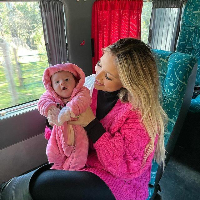 """Leonardo mostra encontro de mãe com a bisneta, Maria Alice, filha de Zé Felipe: """"Momento único"""""""