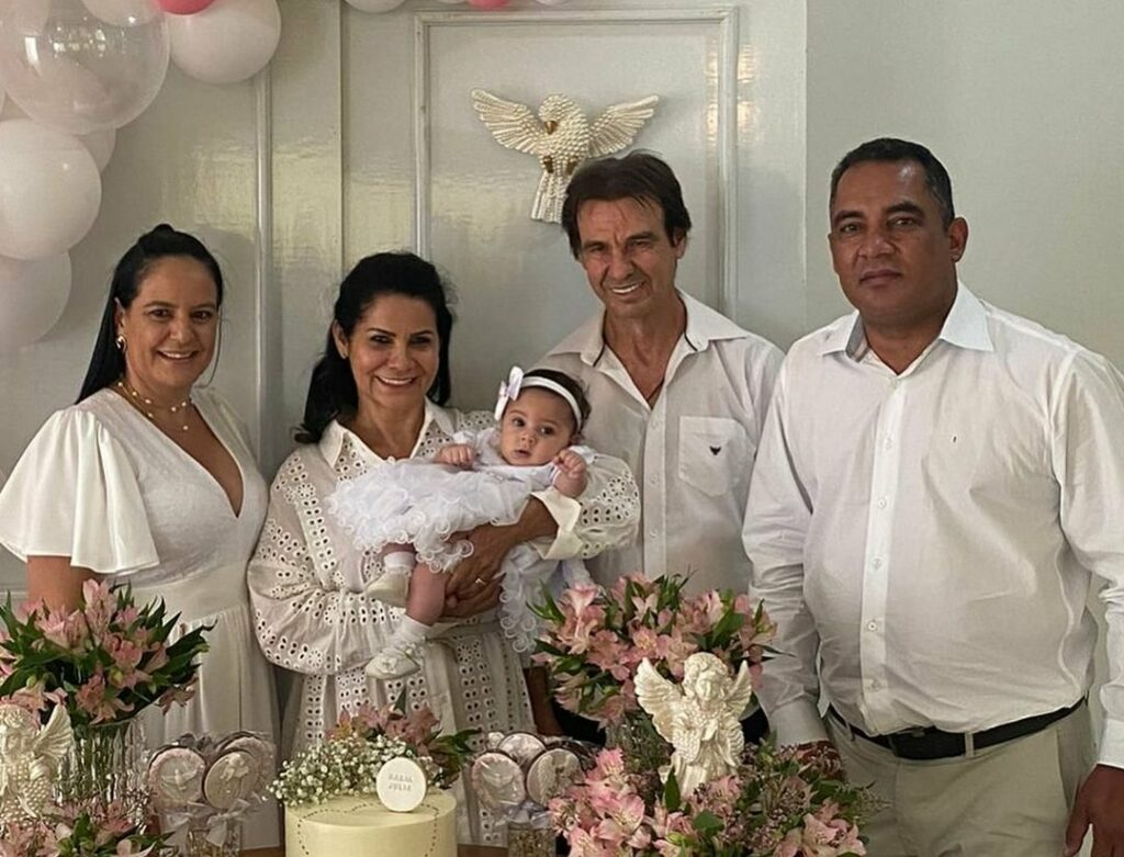 Pais de Andressa Suita participam de batizado em que foram os padrinhos