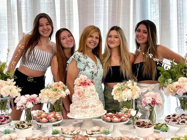 Filhas de Gugu Liberato festejam aniversário da mãe sem o irmão após briga por causa de herança