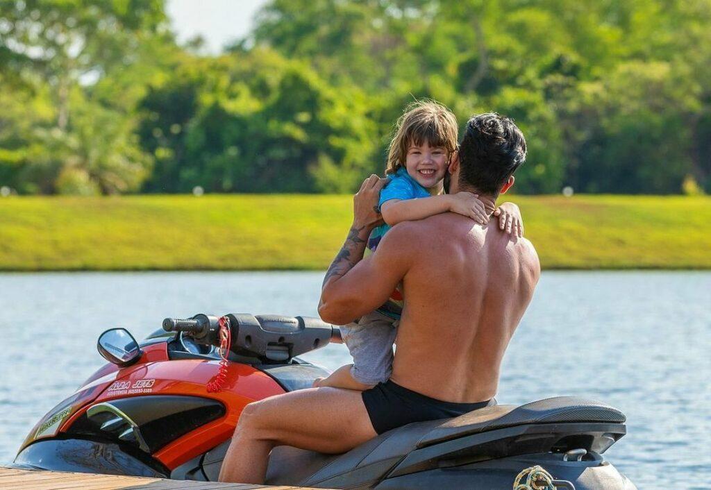 """Gusttavo Lima passeia de jet-ski com os filhos e recebe elogio de Andressa Suita: """"Que lindos"""""""